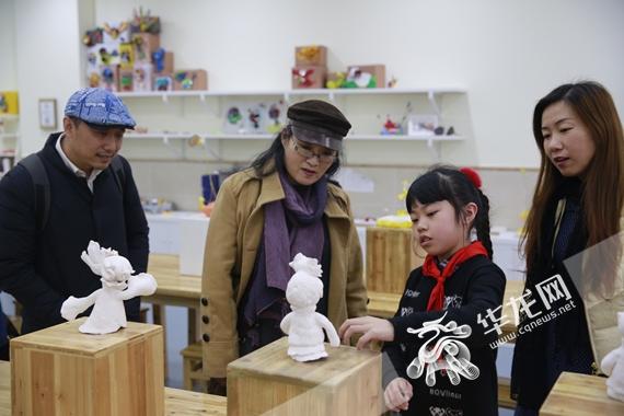 专家与学生互动交流 重庆珊瑚实验小学供图 华龙网发.JPG