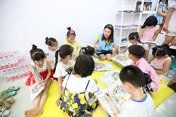志愿者与小朋友们一起在防空洞里分享读书。记者 李裕锟 摄.jpg