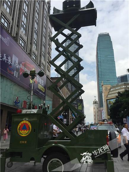今年6月5日,解放碑步行街拉响防空警报。记者 刘柳 摄.jpg