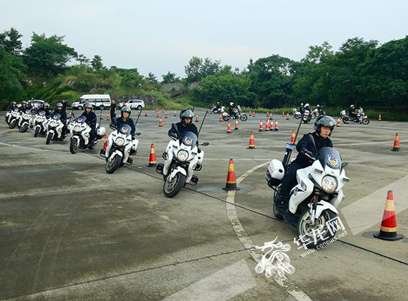 _渝警骁骑_正在开展培训。市交巡警总队供图 华龙网发.jpg