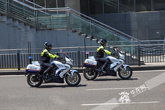 街面小组巡逻。市交巡警总队供图 华龙网发.jpg