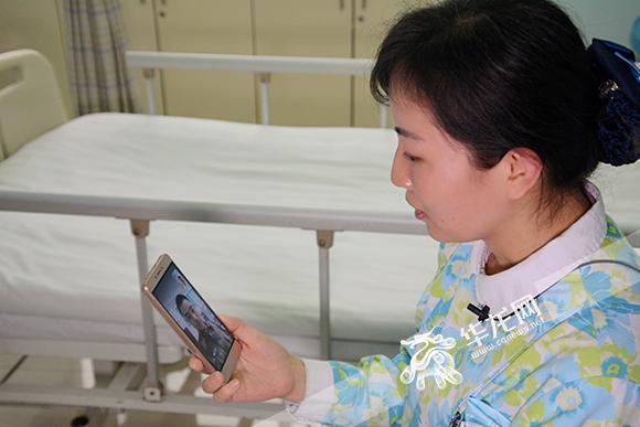 杨丽与仍在岗位上值班坚守的丈夫视频连线。 院方供图 华龙网发.jpg