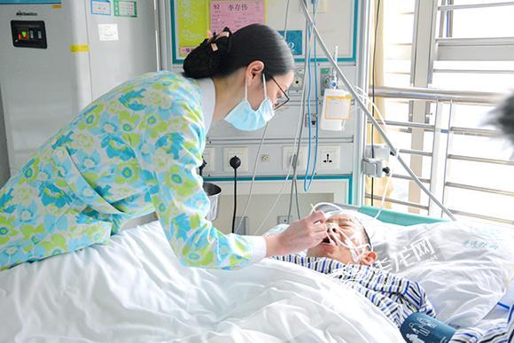 王莉正在护理患者。 院方供图 华龙网发.jpg