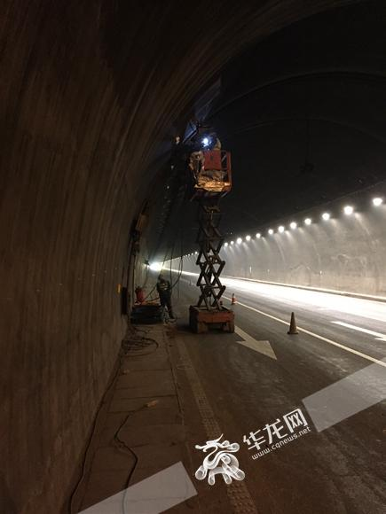 为尽可能减少路面通行影响,施工采取了单边作业、夜间施工等方式。 市照明局供图 华龙网发.jpg