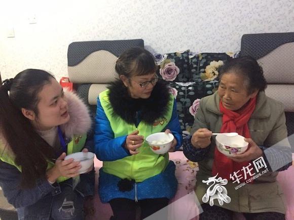 志愿者为独居的郭婆婆送来了汤圆。实习生 邓琳弋 摄.jpg