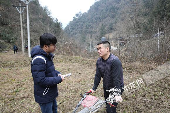 7、韦永胜(右)接受华龙网记者采访。 记者 石涛 摄.jpg