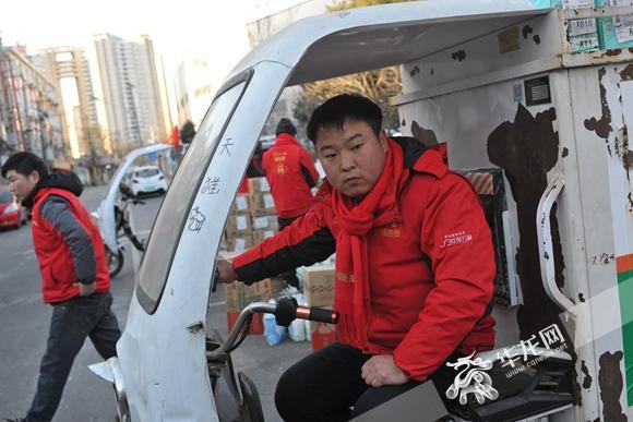 快递员在春节期间坚守岗位。资料图片.jpg