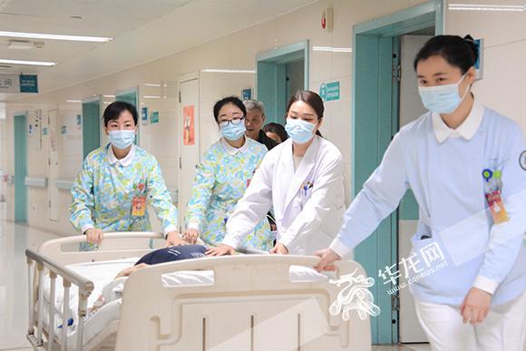 正在为患者转床的杨丽(左一)。 院方供图 华龙网发.jpg