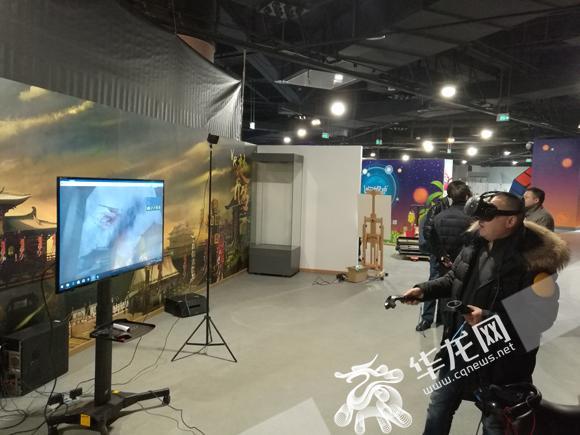 游客正在进行VR体验古代战争游戏。记者 伊永军 摄.jpg