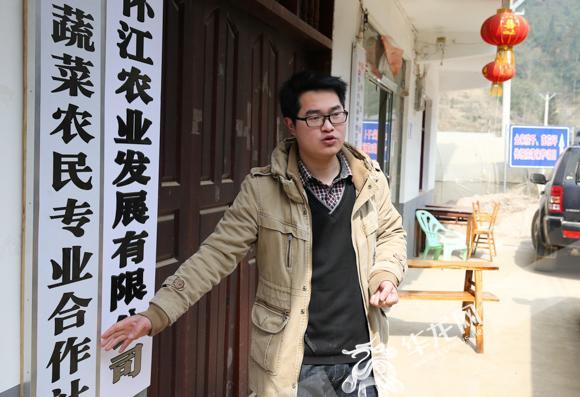 5、石柱中益乡全兴村,刘志阳在自家农家乐前介绍情况。 记者 石涛 摄.jpeg