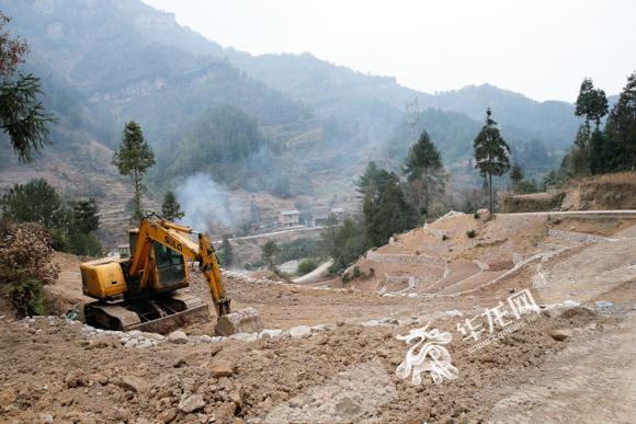 1、石柱中益乡,正在施工的盘山公路,当地经济建设开展得如火如荼。记者 石涛 摄.jpg