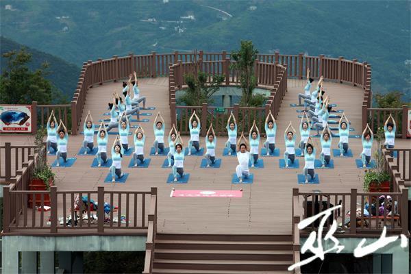 在观景平台练瑜伽。.jpg