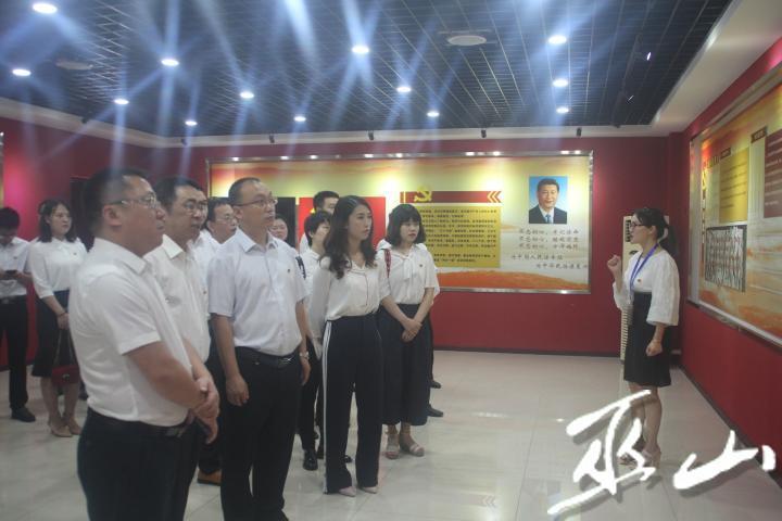 党员同志集中学习近平新时代中国特色社会主义思想。.JPG