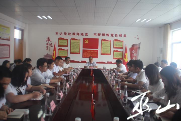 党员同志一起座谈。.JPG