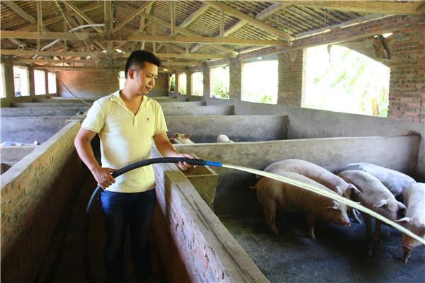 张伟书在清洗猪舍2.jpg