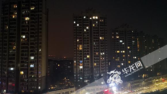 2、虽已是深夜,街边小区里,仍有不少房间亮着灯。 记者 黄宇 摄.jpg