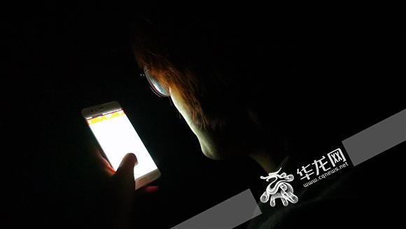 """1、在无数个夜晚,手机,正成为年轻人用来对抗失眠的常规""""武器""""。 华龙网发.jpg"""