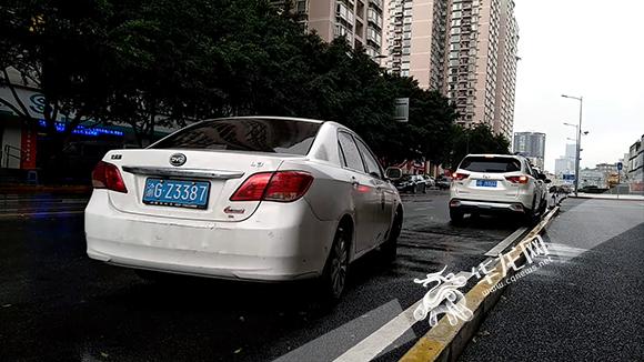 大约5分钟后,一辆车牌号为渝gz3387的白色小汽车停在面前.