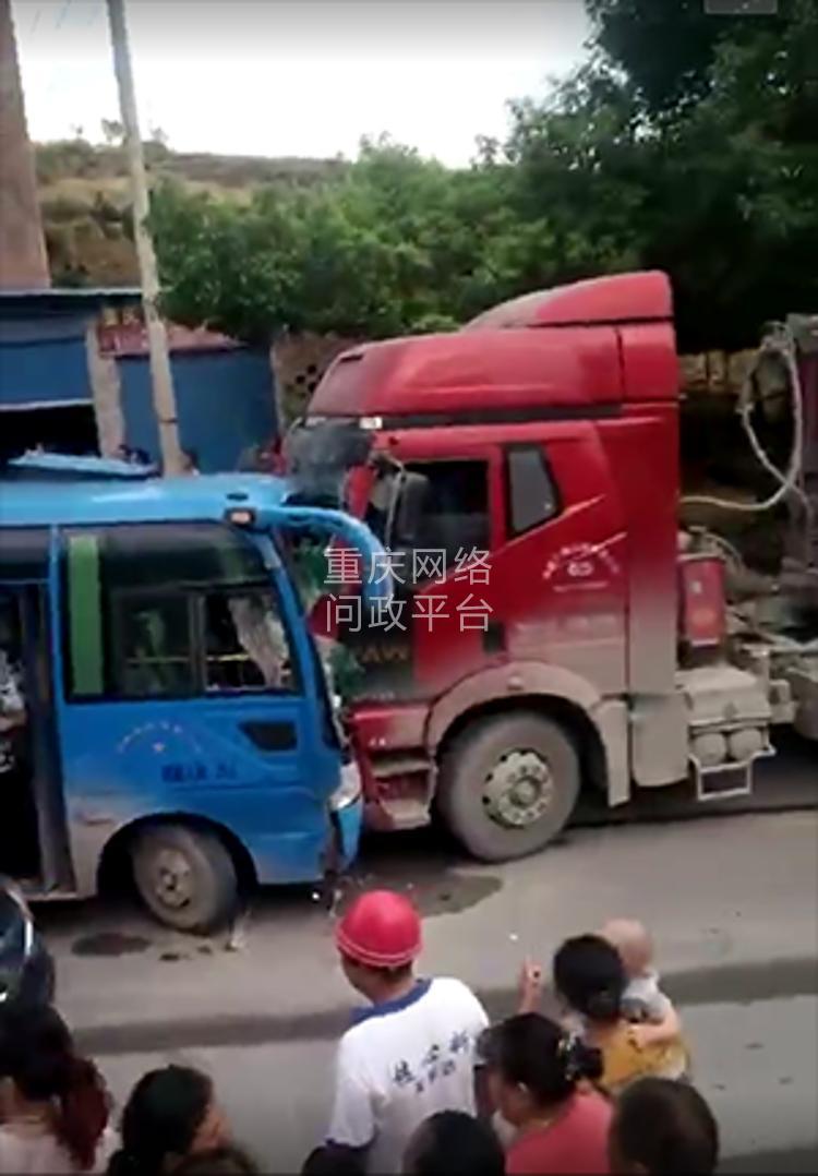 丰都高镇中巴车超车 跟一辆大货车相撞 交警迟迟不来图片