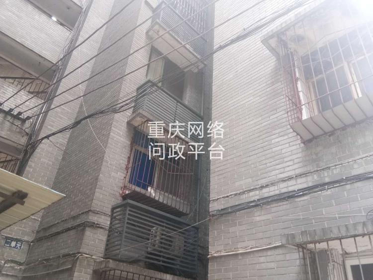 北碚老旧小区安装电梯因移动,联通,电信,广电乱搭乱拉的线路受阻