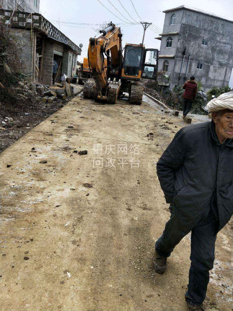 我是庙溪乡荆竹村村民,请问一下,可以随便开着挖掘机在水泥路上走吗?