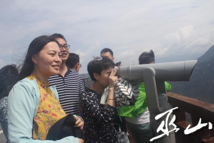 采风团一行通过望远镜远眺神女峰。.JPG