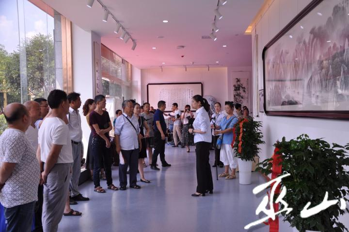 导游带领市民参观艺术藏品。.jpg