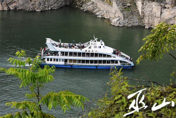 游船畅行在小三峡龙门峡中。记者王忠虎 摄.JPG