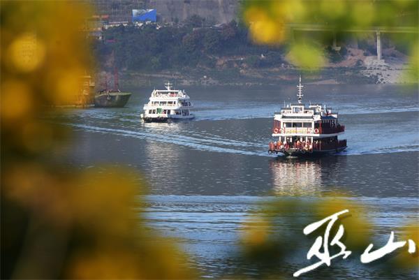 游船满载游客畅行在小三峡景区。记者王忠虎 摄.JPG