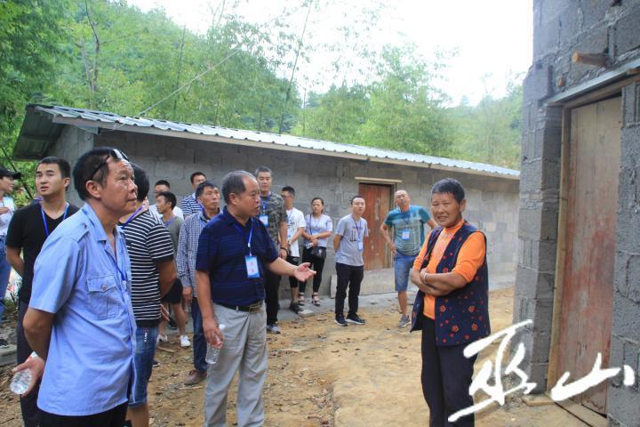 工作人员为村民讲解违建的危害。.JPG