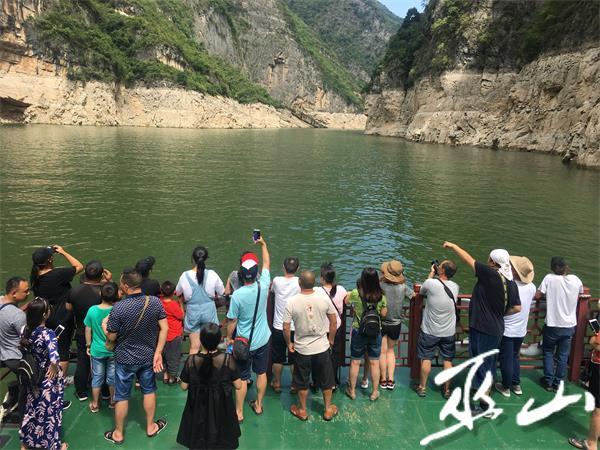 游客在甲板上观赏风景。 记者 董存春.JPG