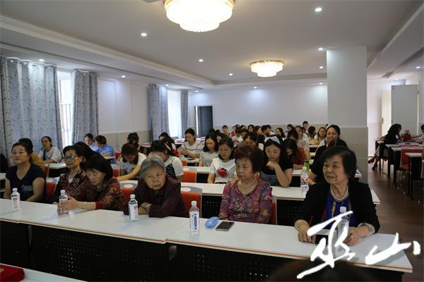 退休老师参加座谈会.jpg