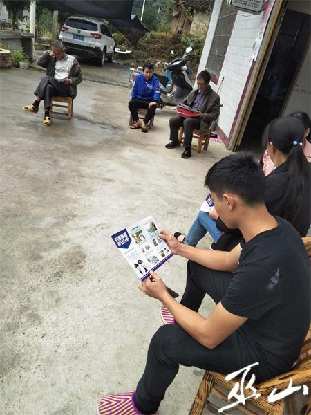 村民正在看扫黑除恶宣传资料。.JPG