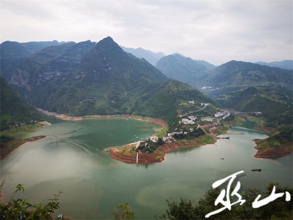 美丽的双龙湖。.jpg