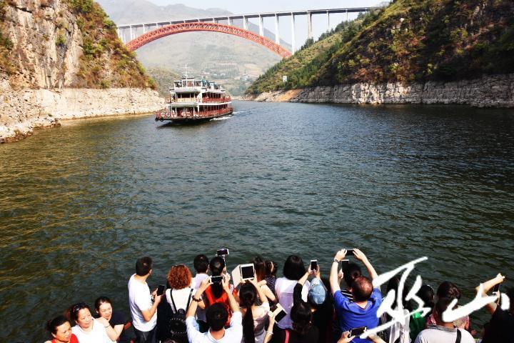 游客在拍摄小三峡美景。.JPG