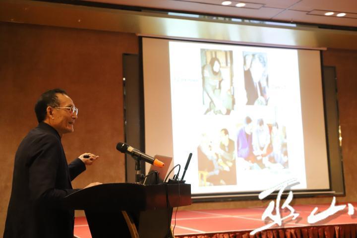 黃萬波教授演示龍骨坡文化挖掘過程。.JPG