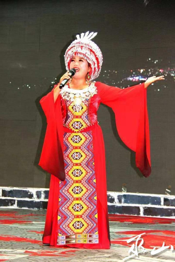 利川选手歌手陈秀莉,土家族歌手,于2006年在中央音乐学院进修声乐,师从于国家一级演员,声乐教授单秀荣,曾参加首届中国农民艺术节全国乡村歌手大赛,获三等奖。.jpg