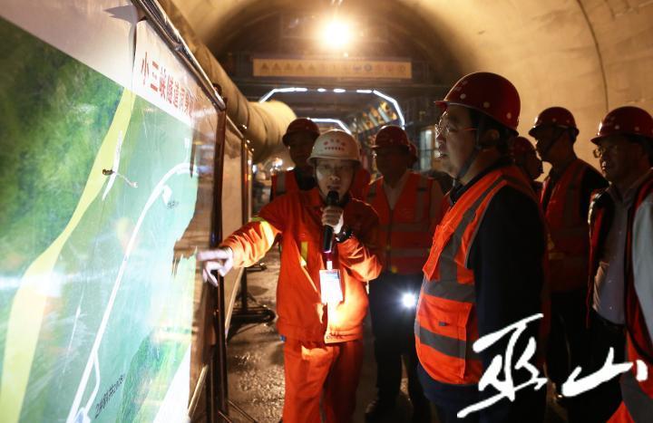县委书记李春奎调研小三峡隧道建设工作。卢先庆摄.JPG