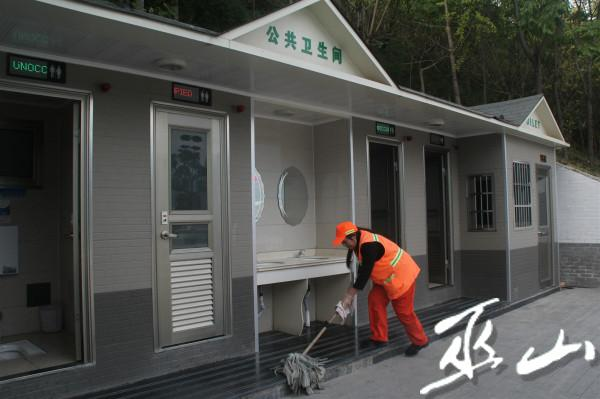 环卫工人正在打扫公厕.jpg