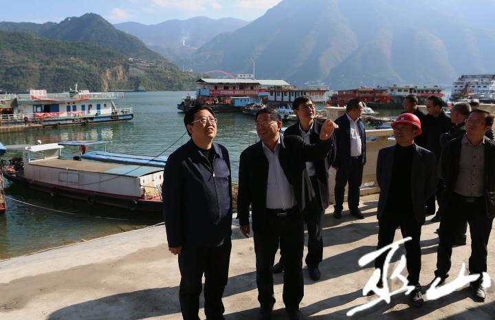 县委书记李春奎检查古城码头。卢先庆摄.JPG