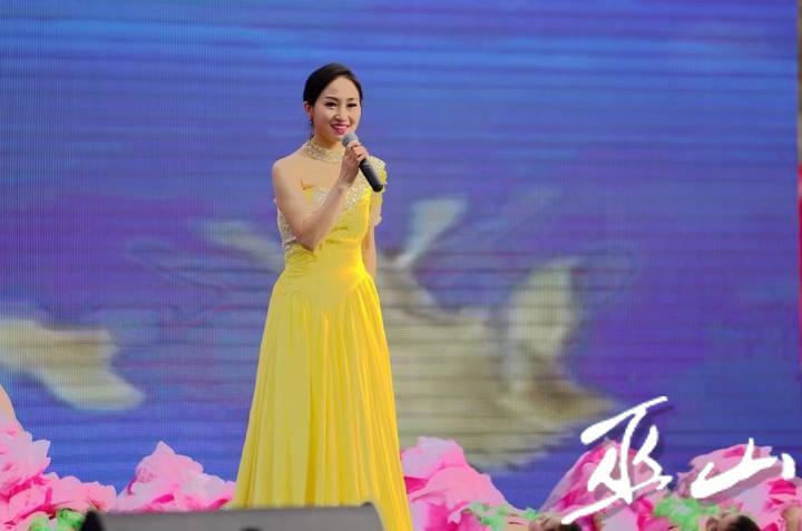 巫溪县参赛选手王晓燕演唱《吊脚楼上的月亮》。.jpg