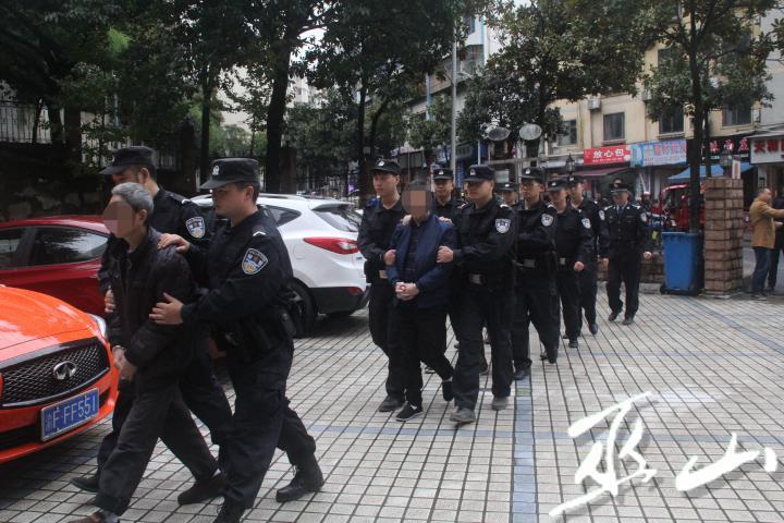 警察押解被告人前往法院。.jpg