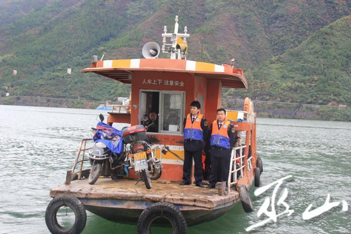 执法人员跟船检查。.JPG