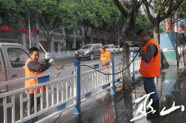 环卫工人正在清洗护栏 (2).jpg