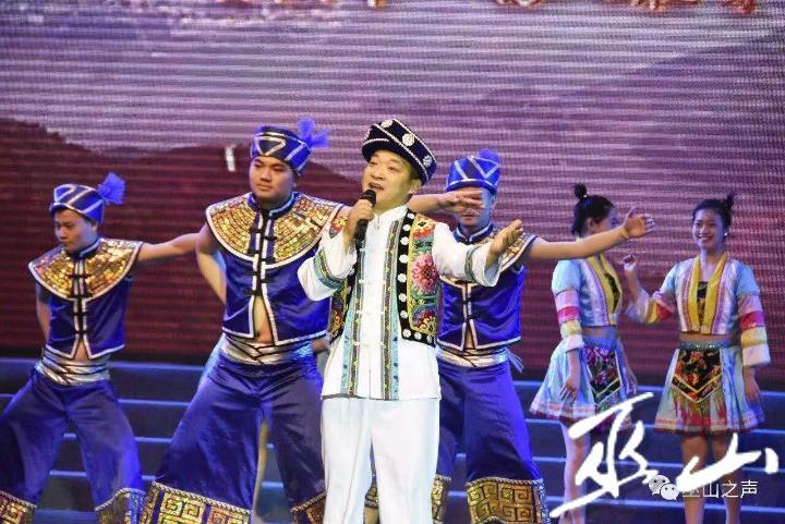 """陈祖宏。中国曲作家协会会员、重庆市流行音乐协会理事、重庆市民族男高音联盟会员、巫山县音乐家协会理事。现就职于巫山县文化委下属单位巫山县艺术团,主要担任独唱演员。2014年5月,代表重庆参加广西省柳州市三月三""""鱼峰歌圩""""全国山歌大赛,以一首《三峡背二哥》获得最佳演唱奖;2014年7月在重庆市社区歌手大赛中,以一首《悠悠巫峡路》获得一等奖。曾多次代表巫山县参加到全国各地对外旅游宣传的演出表演工.jpg"""