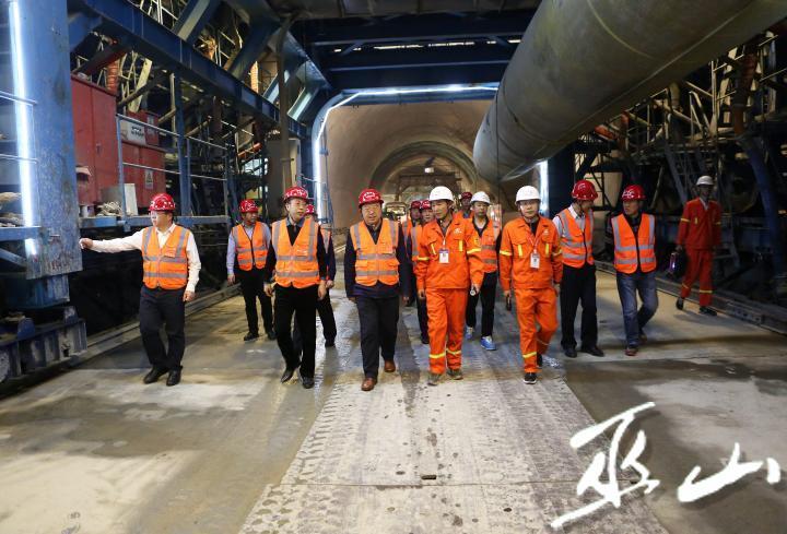 县委书记李春奎调研小三峡隧道建设工作。卢先庆摄2.JPG