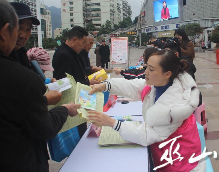 县妇联工作人员向市民宣传妇女儿童保护知识。.JPG