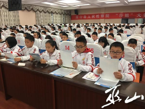 """学生一起朗读学法守法""""三字经""""。.JPG"""