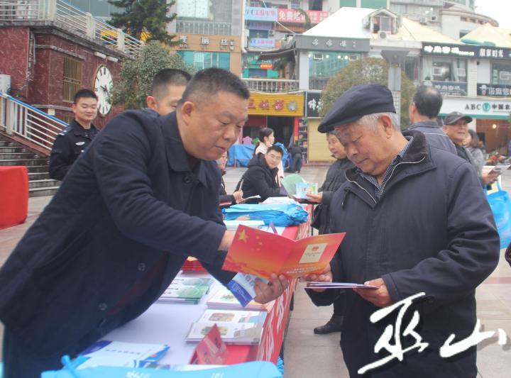 县司法局负责人(左)向市民宣传宪法知识。.JPG