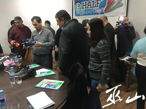 乌兹别克斯坦隆重举行品牌订货会现场。.JPG